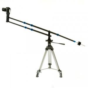 Karbonowy kran kamerowy (żuraw) z przeciwwagą 3kg, zestaw z aparatem założony na statywie w pozycji skrajnie wysokiej